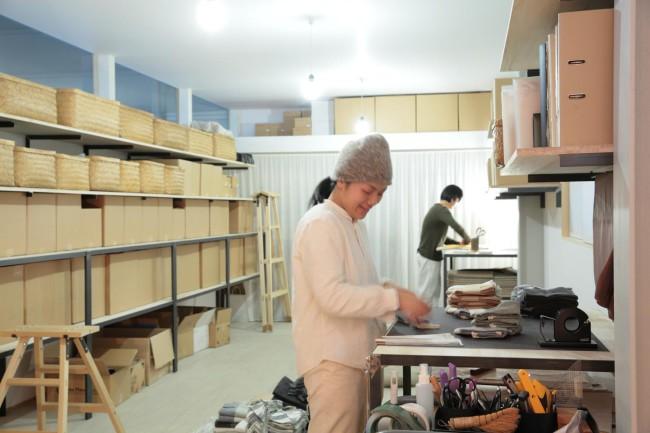 検品・出荷作業を行うエフスタイルの星野若菜さん(手前)と五十嵐恵美さん