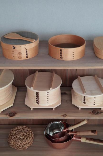 ふるいや馬毛の裏ごし器、持ち手を伐採木材で仕上げた銅の行平鍋、シナ縄の鍋敷など台所用品も多い