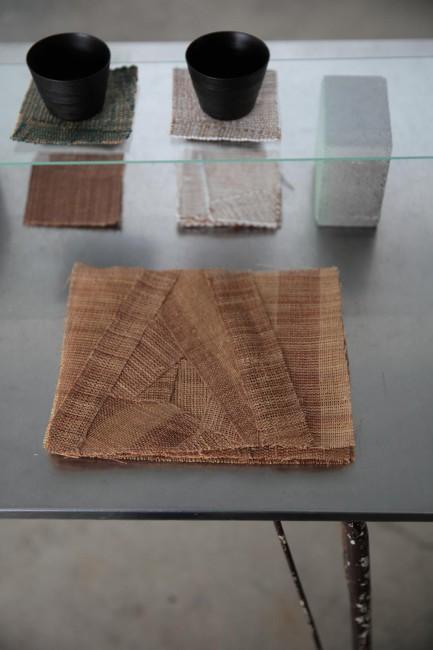 シナ縄のキッチンマットとシナの外皮を剥がした後の木材で作った漆塗りのコップ