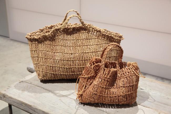 大切に保管している、シナ縄の巾着バッグ(手前)とマルシェバッグのサンプル