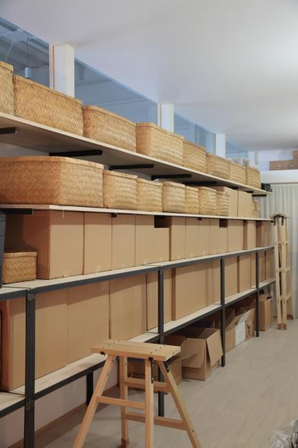 棚にずらりと並んだ行李のなかには商品が。小売店ごとに分かれており、受注した商品がすべて揃うと出荷される