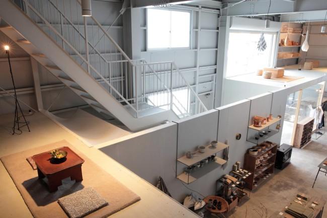 写真左手の階段に続く2階には、レンタルスペース「CONTAINER」を新たに設けた。ケータリングや個展など、さまざまなイベントを申し込み制で受け付ける