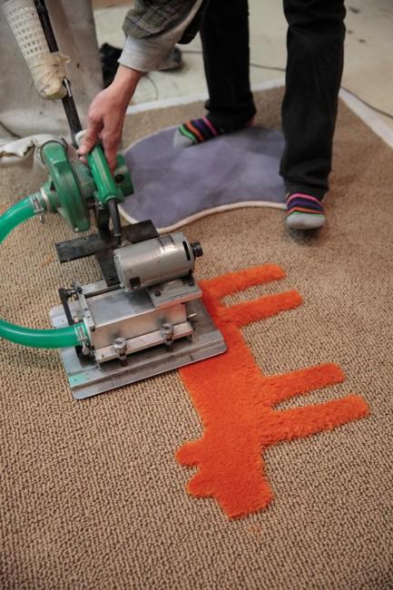 HOUSE doggy matの仕上げ作業「シャーリング」。勇人さんは「芝刈り」と呼んでいた