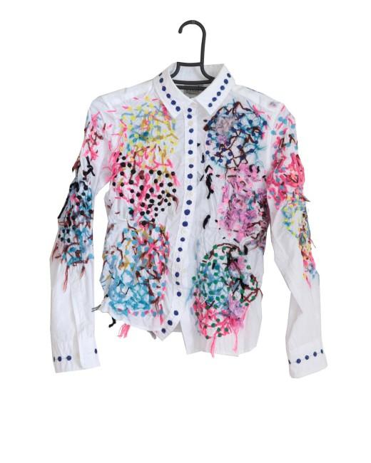 利用者が思いのままに刺繍したシャツに、職員がミシンでステッチしてコラボレーションする。しょうぶ学園ならではの作品だ