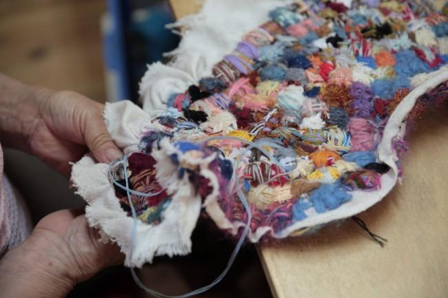 刺繍の作品にはこうした手の跡が残る