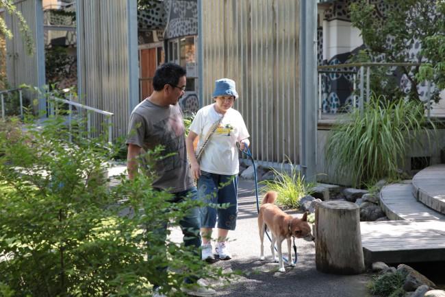 福森施設長の愛犬を利用者が散歩させる。施設長始め、職員と利用者はとても良い関係だ