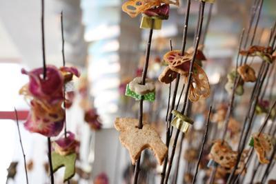 (上)hanareのコンセプトと活動を記した紙を天井から吊るし、お客さんに持ち帰ってもらった(下)遊び心のある食べもののプレゼンテーション