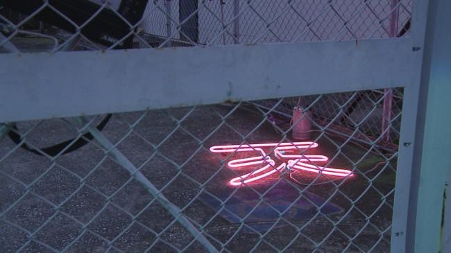 『O才』展にて、出発点の近くに置かれたネオンサイン