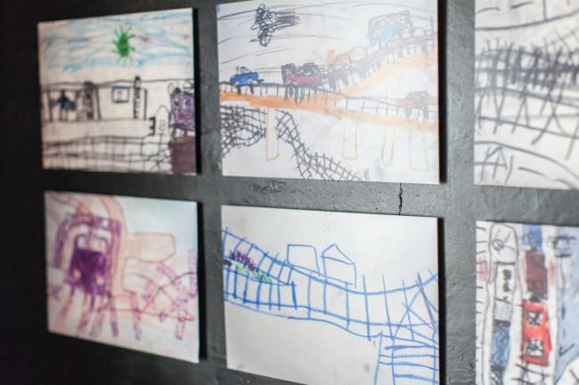 (上、中)庭にはセミの抜け殻が残っていた。そして室内には、伊達少年が描いたセミの脱皮の絵が(下)忍者少年、昆虫少年などといくつもの顔を持つ「伊達少年」は「電車少年」でもあった