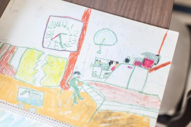 (上)伊達さんが幼少のころに住んでいた家で行った「阪大宿舎 おみおくりプロジェクト」展で、当時描いた忍者屋敷の図を展示。かなりのリアルさ!(中)手裏剣を操る忍者少年だった(下2点)子どものころのスケッチブック。毎日のように絵を描く子どもだった。伊達少年の絵の腕前はかなりのもので、遠近法は5歳で発現した