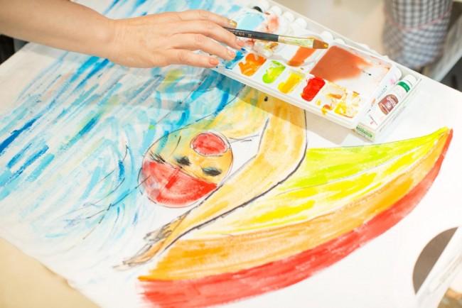ラフォーレ原宿1階「WALL harajuku」のポップアップショップ。千明さんはパフォーマンスのように絵を描いた