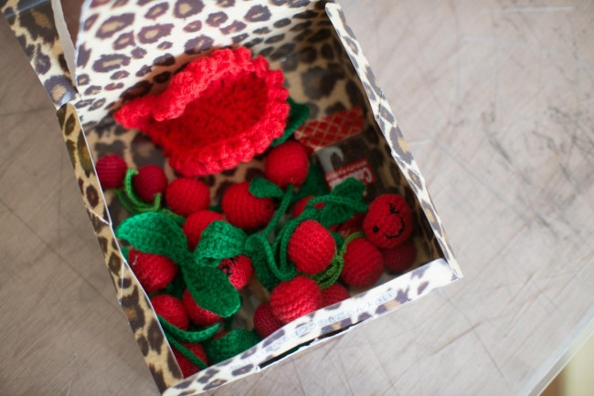 編んだ小物もお菓子もだいぶ減ったが、この状態で送られてくる
