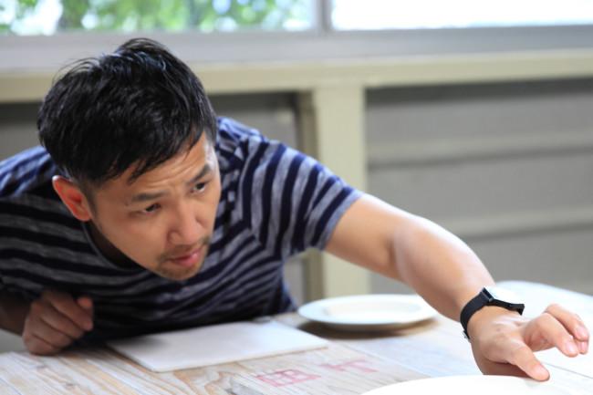 (上3点)1616 / arita japan の製品と有田の工房で打ち合わせする柳原さん