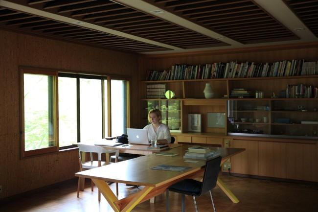 (上3点)京都・北山の柳原さんアトリエにて。中はKARIMOKU NEW STANDARD の製品、下はスタッフのFanny