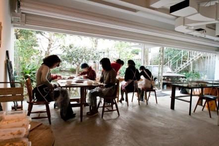 美術館で開講モザイク教室風景