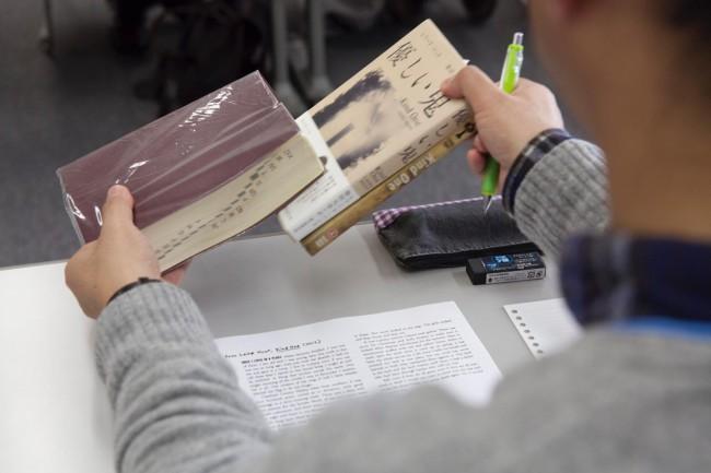 レアード・ハントと柴田元幸によるワークショップ「小説を読む、訳す」。レアード・ハント著、柴田元幸訳の『優しい鬼』の一節を原文、訳文ともに提示し、受講者が理解を深めたうえで、それぞれが新たな訳文を作成した