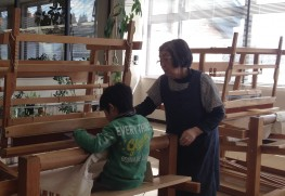 指導してくださった高橋先生。優れた糸撚りと織りの技を持っている技術者です。