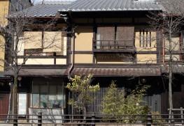 北村さんが運営する宿「あずきや」。二軒続きで、向かって左側の別館「セム」は一軒丸ごと貸し切れる
