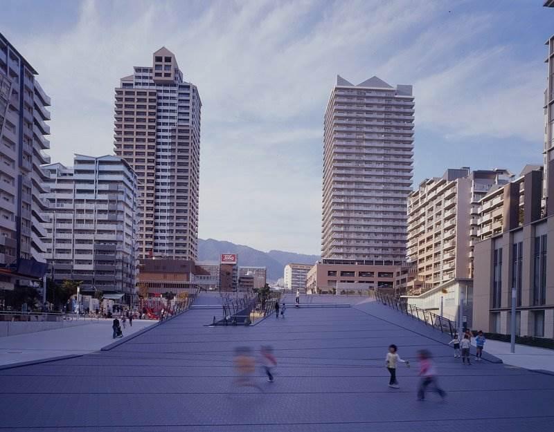 都市デザイナーとしての井口さんの集大成、ウェルブ六甲道。中央の広場をさまざまな建築が取り囲む。