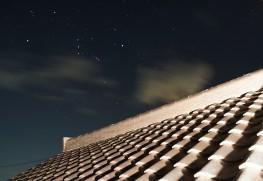 瓦屋根とオリオン座。屋根の上に積んであるのがのし瓦、手前のS字型が桟瓦。 photo by 上田謙太郎