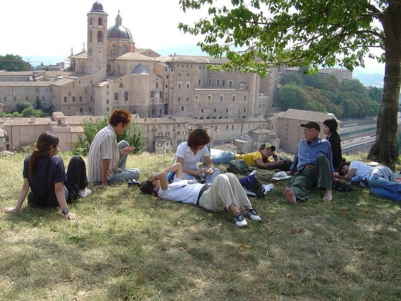 イタリアにて、指導する生徒たちとくつろぐ井口さん。京都造形芸術大学の「井口ゼミ」は、毎年イタリアに行き、都市デザインを学んだ。