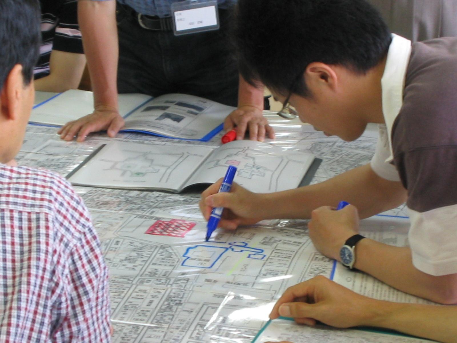 仕事の範囲のみにとどまらず、文化財防災に関わる研究、調査を行っている。写真は文化財市民レスキュー災害図上訓練の様子。