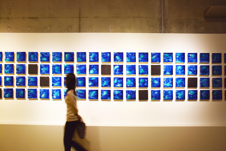 トンネル・ギャラリーに展示されている石垣焼の作品「Ishigaki Blue」を眺める来場者(OIST提供)