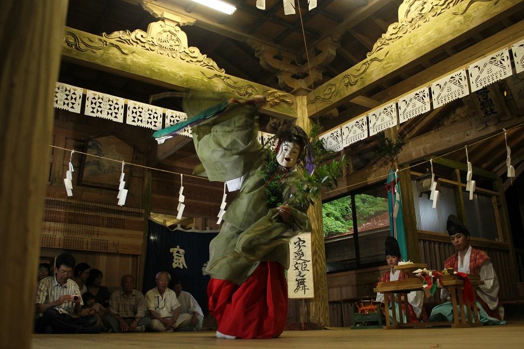 神楽の演舞は見るものを惹きつける魅力がある。