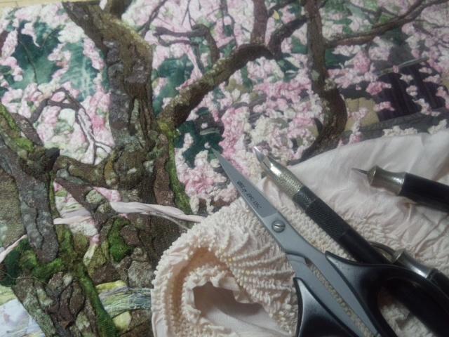 絹彩画に欠かせない道具。絞り生地を使い、桜の花を表現。