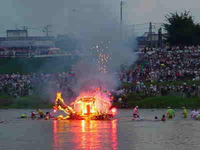 燃えさかる舟。飾りに龍の頭を付けるのが盛岡の舟の特徴です。