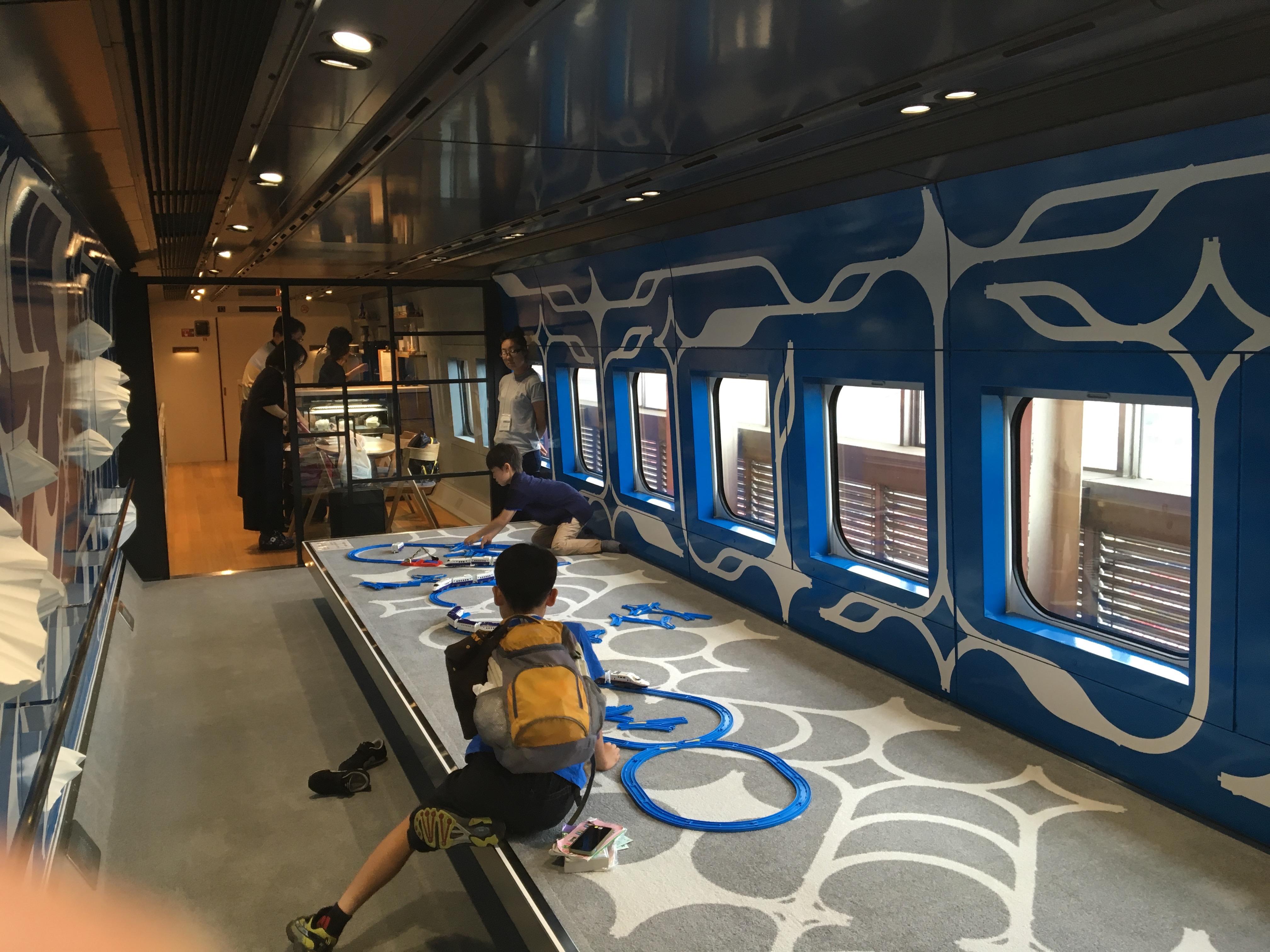 パラモデルの作品によるキッズスペース、奥に見えるのがカフェ。