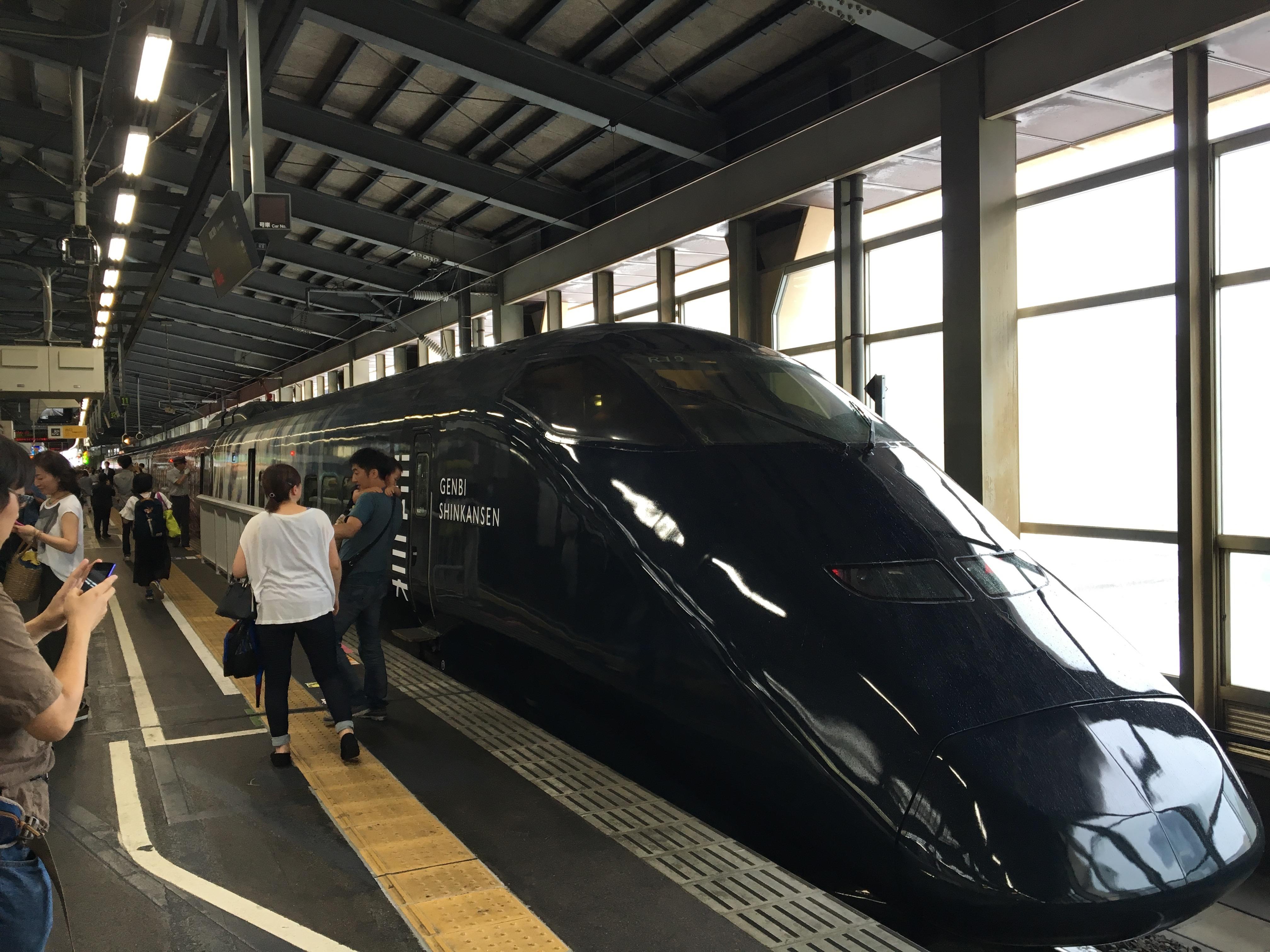 黒い外観がインパクト大な「現美新幹線」。
