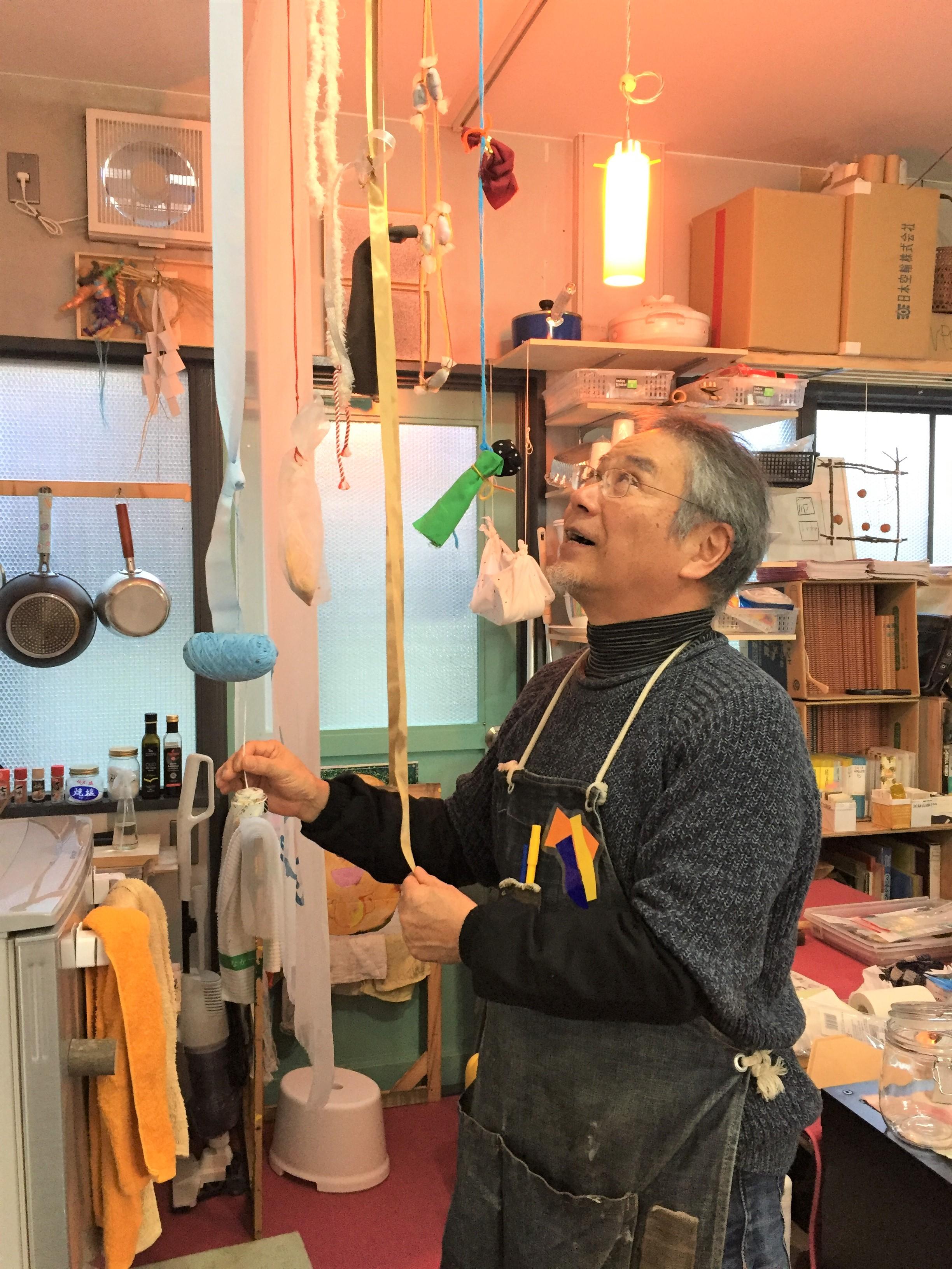 キャプション:京都にある水野さんのアトリエ「み塾」。子どもや高齢者と一緒につくった作品が所狭しと展示してある。