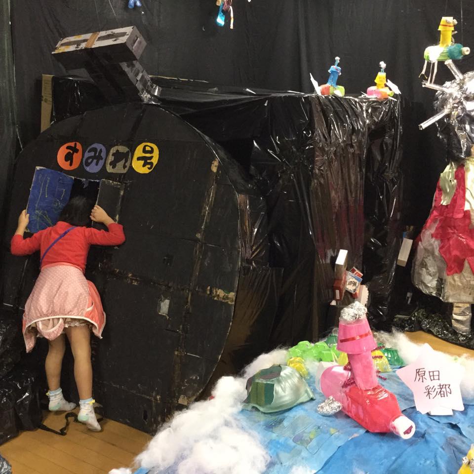 キャプション:ゴミや不用品でつくった子どもたちの作品。