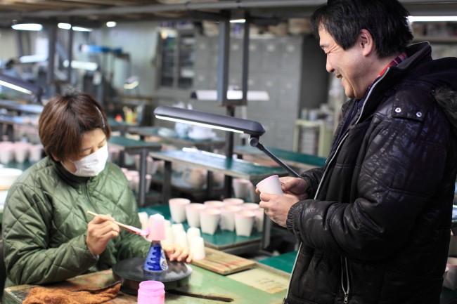 売り物にならない商品はチェックして、何がよくないのかを徹底的に研究する / 朗らかで茶目っ気ある原田さんといると笑いが絶えない