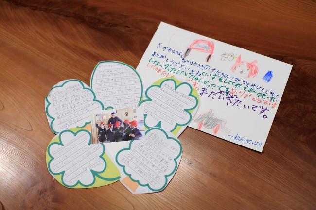 「オフィスキャンプ東吉野」のエントランスには、移住したクリエイターのつくったプロダクトや地元の名産品などを置く / 木材を切り出すときに出た木片を生かしてオブジェに / 奈良県内にある山添村産の和紅茶 / 2階もさまざまに利用されている / 東吉野村の小学生が訪ねてきて、後日送ってくれたかわいい手紙