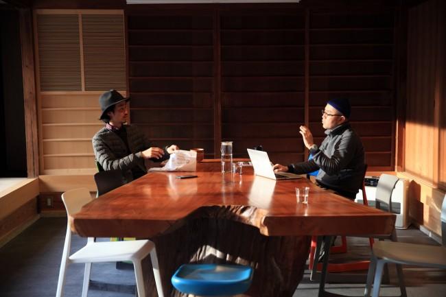 お年寄りから若い世代まで、多くのひとを惹きつける福野さん / ミーティングテーブルをはさんで、坂本さん(右)と菅野さん(左)
