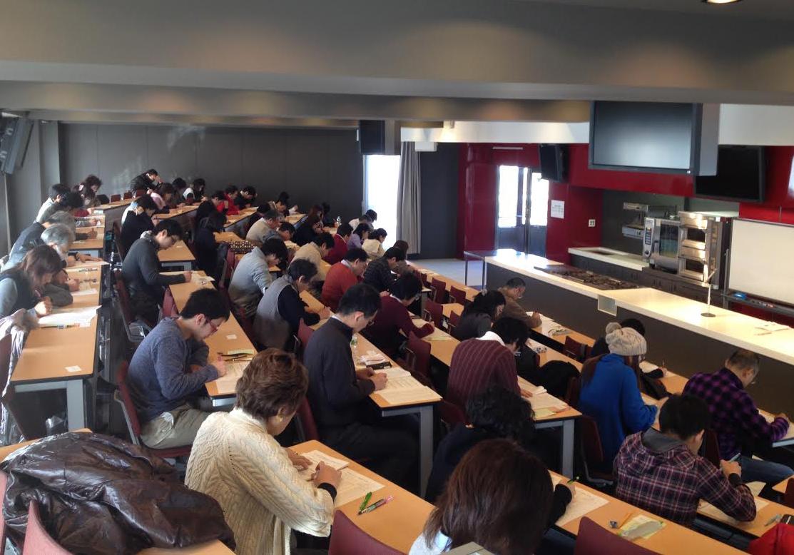 京都フードマイスター検定の試験会場の様子。さまざまな世代の受験者が答案に向かう。