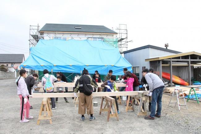 子供も大人も参加した塗装ワークショプの様子。
