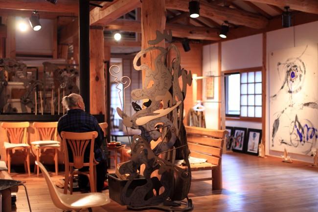(上から3点)研究者・青木真兵さんと妻の海青子さんの自宅につくったマイクロライブラリー「ルチャリブロ」/ 2003年に移住したアーティスト・坂本和之さんのアトリエ