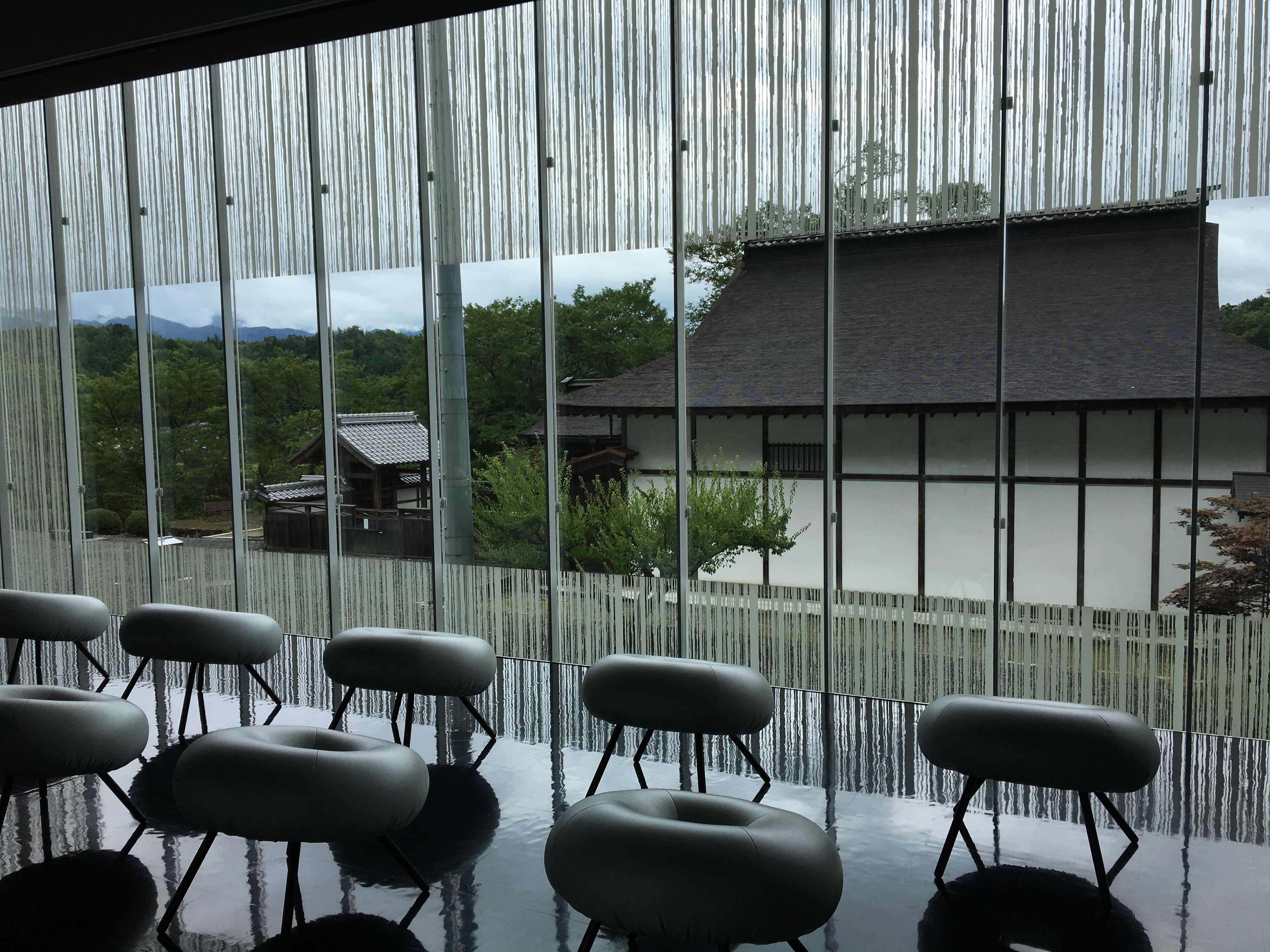 資料館内部から書院を見たところ。ガラスに刷られた模様も効果的。