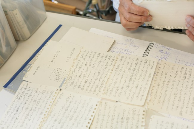 B5ノートの表紙に、何についてメモしたかを書いておく / 数年前は、ネットプリントサービスを使って、新幹線で移動する時間を使ってミニコミもつくっていた。走り書きした原稿をちゃちゃっとプリントアウトした、即席の小冊子。2011年に福島のフェスに向かうとき、何かみんなに配れたら、と考えついた