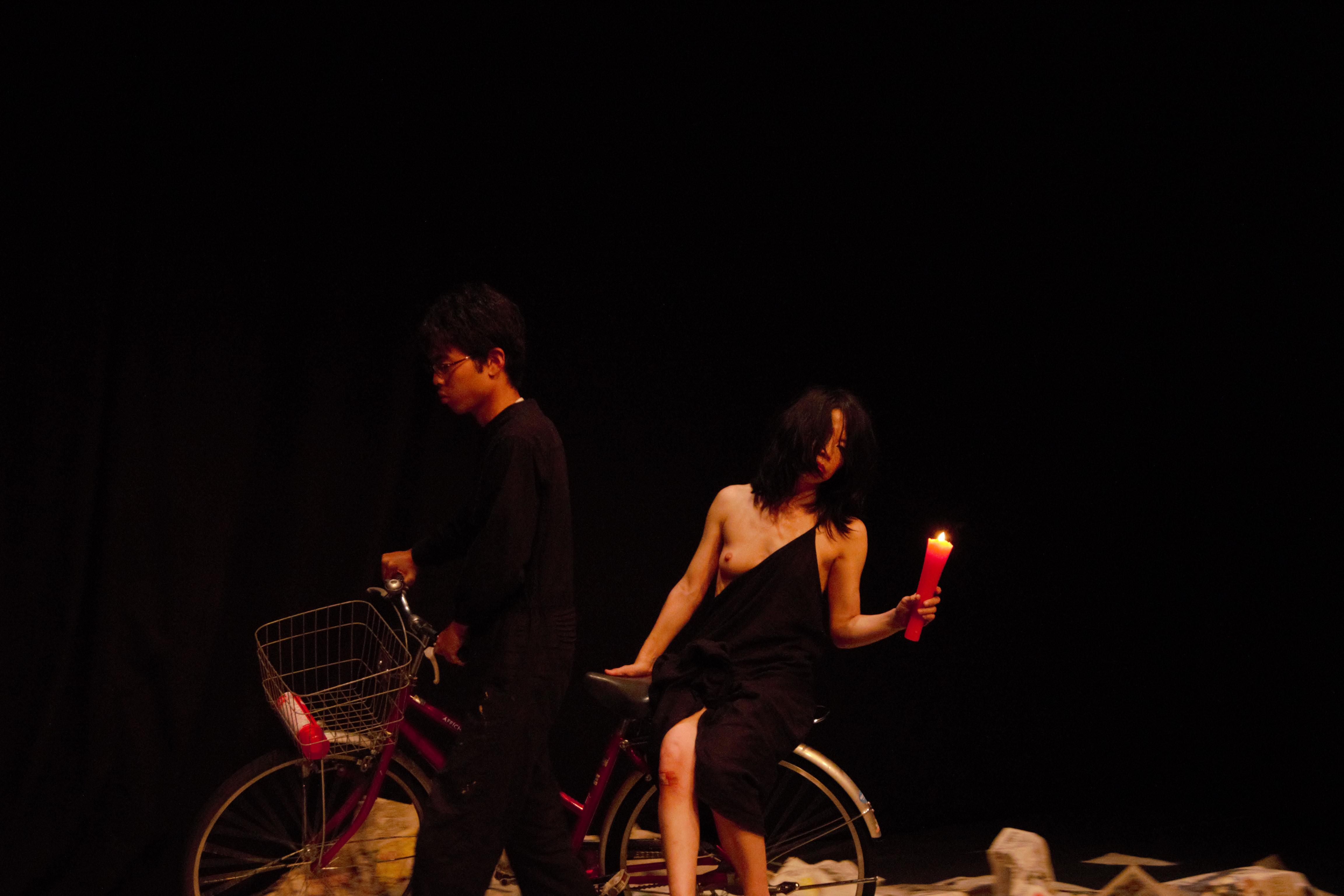 『燃え盛る火の車の女』(2015)では、1人の女性の感情が燃え盛る様子を表現。構成やセリフなどを、俳優とともにつくり上げる新しい試みに挑戦した。 アトリエ劇研共催公演/アトリエ劇研若手ダンスカンパニー特別支援企画 2015年6月27~28日 会場:アトリエ劇研 撮影:山内俊介