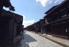 高岡鋳物発生の地、金屋町のさまのこの町並み。