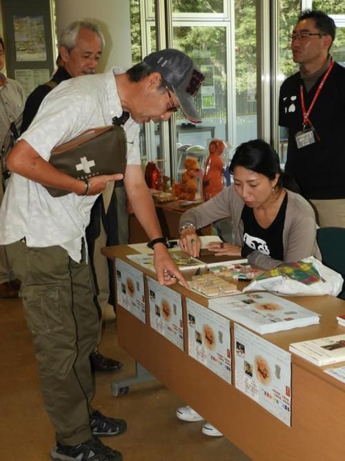 """土偶や縄文文化にまつわる講演会依頼は、全国各地から声がかかる。譽田さんが着ている""""土偶ワンピース""""にも注目!"""