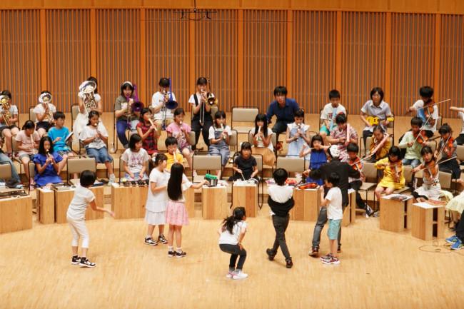 さっぽろコレクティブオーケストラのメンバーは流動的。いたり、いなかったり。中心がない。あるいは、中心があってもすぐにそれが移動する。大友に代わって公演の後半では「指揮者」は子供達が次々と担う。それが面白い