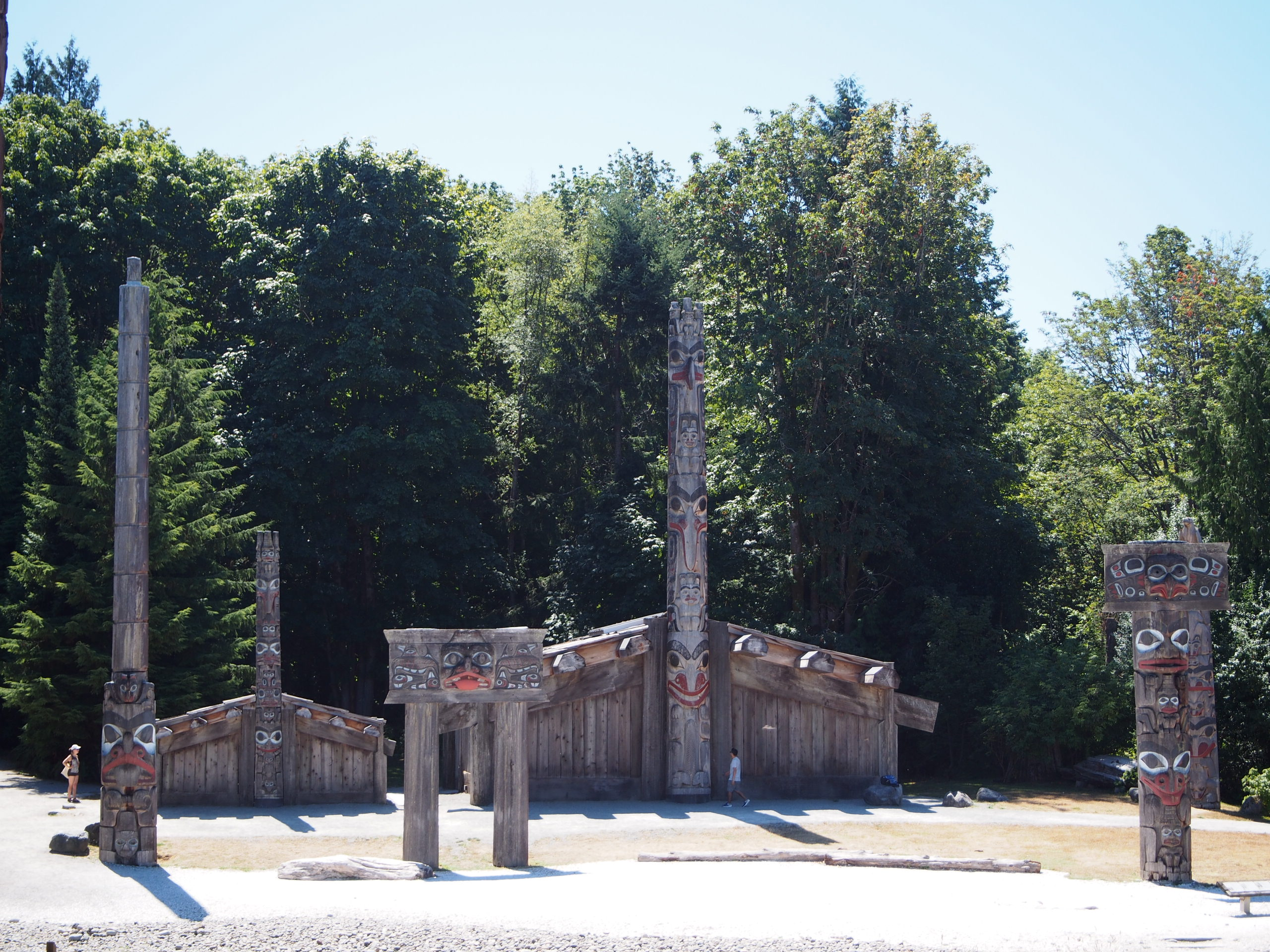 UBC人類学博物館に再現されたハイダ族の家とトーテムポール。
