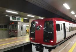 右手前が長野駅に停車中の湯田中行き特急・スノーモンキー。N'EX(Narita Express)ではなくNER(Nagano Electric Railway)の表記あり。左奥が各駅停車・信州中野行きの元東急の車両。