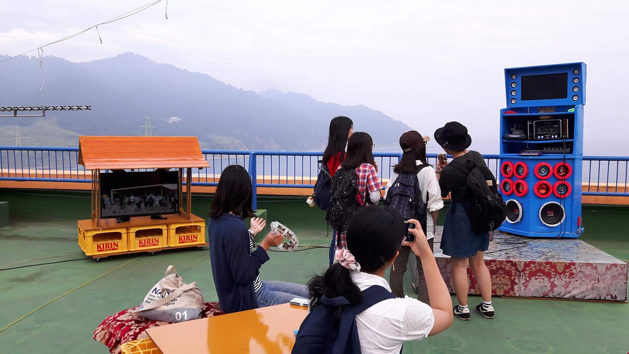 Reborn-Art Festival(宮城県・石巻)に出展した《ヨタの青空カラオケ》。ホテルニューさか井の屋上にて。