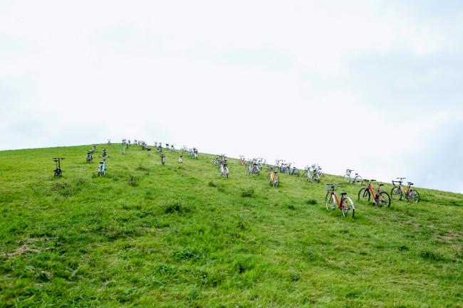 自転車が頂上を目指している。山の稜線に見えたのはこれだった。どれも、中古か、廃品のようである。「ガラクタ」というわけだ。モエレ沼公園は、ゴミによる沼の埋め立て地だった場所であり、大友良英によるサブタイトルの「源」になっている